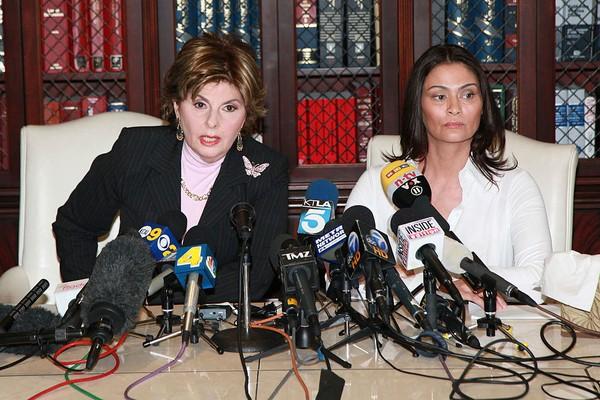 Advogada Gloria Allred e a atriz Charlotte Lewis (Foto: Getty Images)