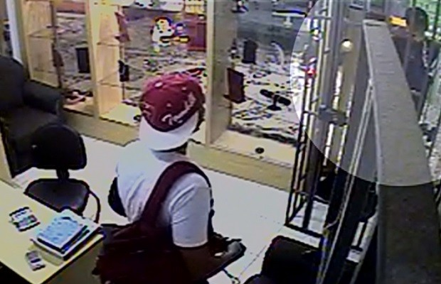 a566e33ea81 G1 - Jovem se passa por cliente para entrar em joalheria e rouba R ...