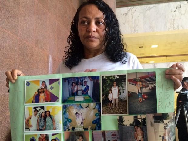 Mãe de Paulo ricardo, torcedor morto atingido por um vas osanitário, levou cartaz para o júri (Foto: Thays Estarque/ G1)