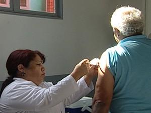 Apenas 50% dos idosos foram imunizados em Uberaba (Foto: Reprodução/TV Integração)