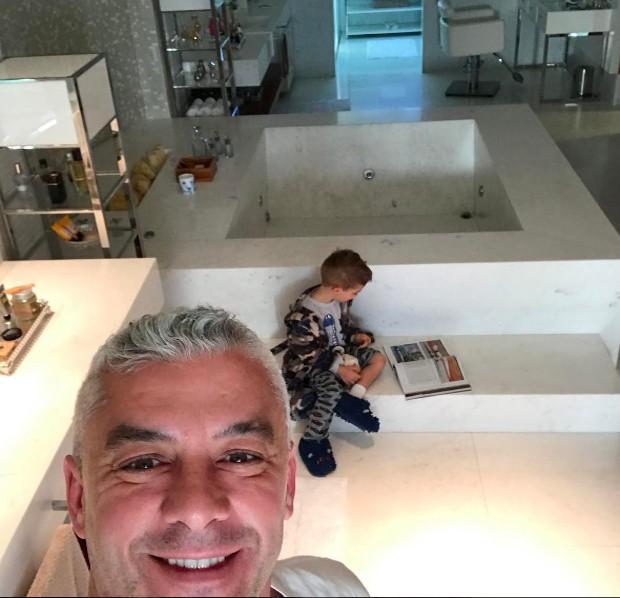 Alexandre Corrêa e filho no banheiro de casa (Foto: Reprodução/Instagram)