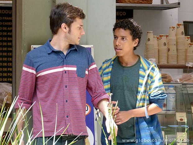 Paulino pede ajuda a Martin para conquistar Luiza (Foto: Malhação / TV Globo)