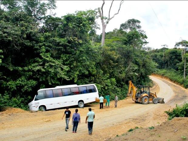 Micro-ônibus saiu da pista com quatro estudantes no fim da manhã (Foto: Divulgação/Semed)