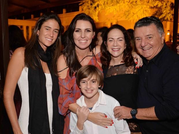 Mariana Coelho, Glenda Kozlowski com o filho Eduardo Graça e Arnaldo Cezar Coelho em festa na Zona Sul do Rio (Foto: Ari Kaye/ Divulgação)