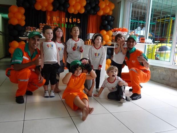 Coleguinhas participaram da festa que homenageou a profissão de gari (Foto: Juliana Scarini / G1)