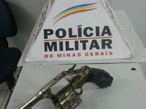 Arma apreendida com jovem em Divinópolis (Foto: Polícia Militar/ Divulgação)