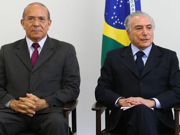 O ministro da Casa Civil, Eliseu Padilha, e o presidente Michel Temer assinam acordo de cooperação técnica com o TSE (Foto: Antonio Cruz/Agência Brasil)