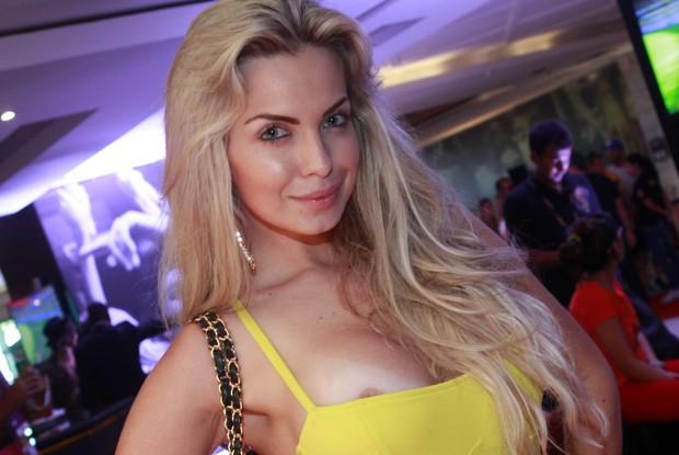 Veridiana Freitas na festa da Budweiser (Foto: Isac Luz / EGO)