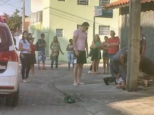 Moradores amarram homem no poste após roubo de celular em São José (Foto: Arquivo Pessoal)