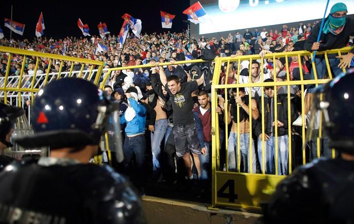 torcida confusão, Servia X Albania (Foto: Agência AP)