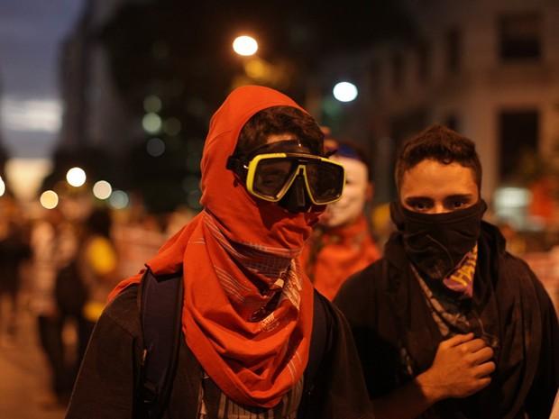 Manifestantes no Rio de Janeiro protegem o rosto com roupa e até máscara de mergulho para evitar aspirar gás lacrimogêneo  (Foto: Rodrigo Gorosito/G1)