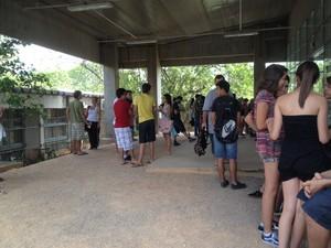 Candidatos comentaram as provas com os amigos na saída do Espaço Físico Integrado (EFI), no campus da UFSC em Florianópolis (Foto: Joana Caldas/G1)