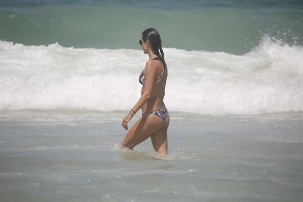 Alessandra Ambrósio em praia de Florianópolis (Foto: Agnews)