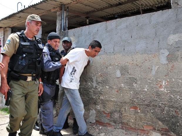 Preso é recapturado por policiais militares (Foto: Chico Peixoto/Leiajáimagens/EstadãoConteúdo)