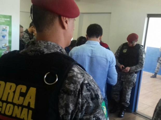 Força Nacional reunida com policiais da região e MPF, em Caarapó (Foto: Diogo Nolasco/ TV Morena)