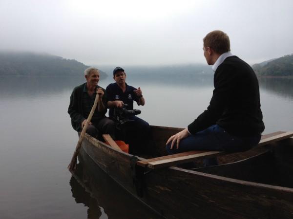 Equipe grava no meio do lago de Itá, em território Concordiense; no ponto da foto, o nível do rio subiu 70 metros e encobriu a a sede da comunidade de Barra do Lajeado Paulino  (Foto: Vanessa Nora/RBS TV)
