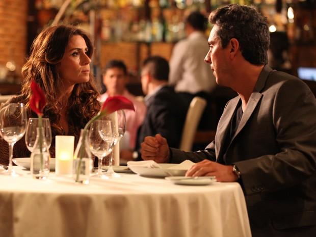 Helô não acredita no que ouve do ex-marido (Foto: Salve Jorge / TV Globo)