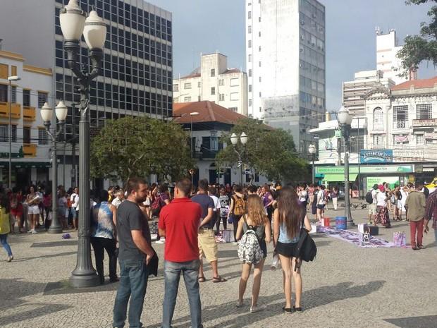 Concentração começou por volta das 17h no Largo do Rosário (Foto: Roberta Steganha/G1)