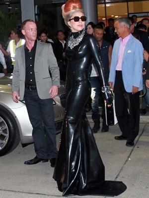 A cantora Lady Gaga na chegada ao aeroporto em Bangcoc, na Tailândia, nesta quarta-feira (23) (Foto: AP)
