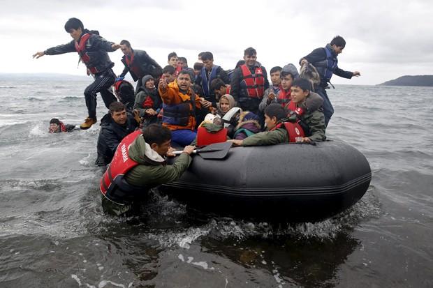 Migrantes afegãos chegam em embarcação superlotada a ilha grega de Lesbos (Foto: Yannis Behrakis /Reuters)