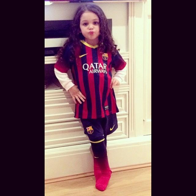 8ec1543edd EGO - Filha de Monjardim ganha camisa do Barcelona autografada por ...