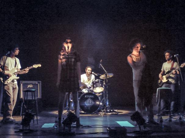 Cena de 'Sobre os Ombros Dourados da Felicidade': tetro punk rock (Foto: Divulgação)