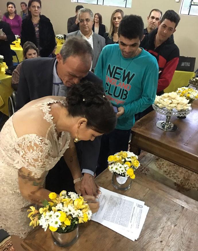 Seu Eurides e Dona Ivone oficializaram mais de 31 anos de união  (Foto: Arquivo pessoal)