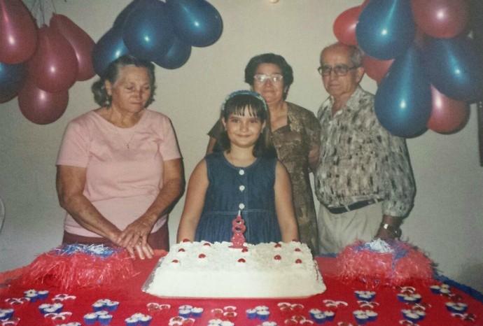 A produtora da Mayara Tolotti junto dos avós Rosalina Tolotti, Maria do Rosário Arrais e José Arrais (Foto: Arquivo Pessoal / Mayara Tolotti)