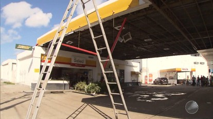 Bandidos explodem cofre de posto de combustíveis; explosão derrubou parte do teto do local