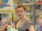 Carolinie Figueiredo amamenta a filha durante passeio em shopping