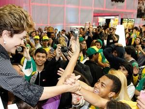 A presidente Dilma Rousseff é 'tietada' por estudantes durante visita à VII Olimpíada do Conhecimento em São Paulo. (Foto: Roberto Stuckert Filho/PR)