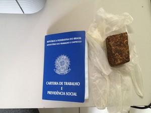 Uma carteira de trabalho estava entre os documentos falsificados  (Foto: Walter Paparazzo/G1)
