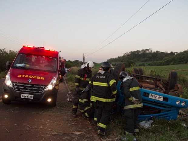 Acidente com caminhão deixou um homem morto em Araraquara (Foto: Marcos Leandro/Tribuna Araraquara)