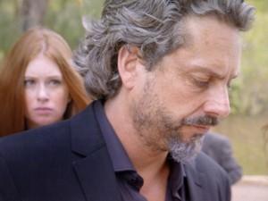 Isis fica sem jeito, após Zé beijar Marta (Foto: TV Globo)