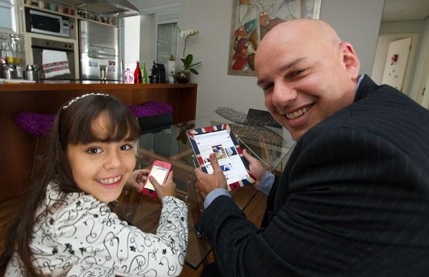 Cecília abriu uma conta para o pai, Delano Lins, no Facebook e o ensina a baixar aplicativos no iPad e no iPhone (Foto: Flávio Moraes/G1)