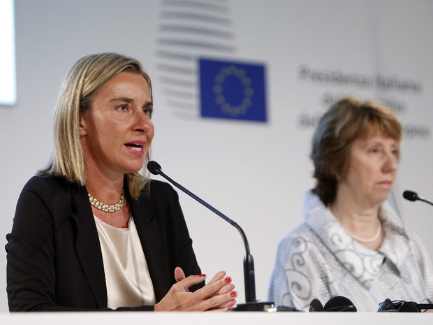 A ministra das Relações Exteriores da Itália, Federica Mogherini, fala enquanto a chefe de política externa da União Europeia, Catherine Ashton, observa após reunião informal dos Ministros dos Negócios Estrangeiros da UE, em Milão, no sábado (30) (Foto: Alessandro Garofalo/Reuters)