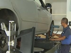 Manutenção carros (Foto: Reprodução/TV Vanguarda)