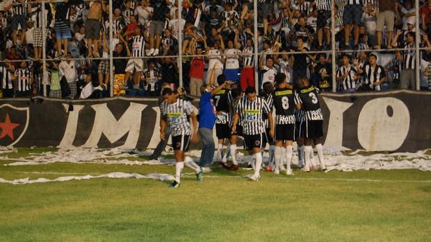 Jogadores do Botafogo-PB comemoram com Warley o primeiro gol do jogo contra o Paraíba de Cajazeiras (Foto: Lucas Barros / Globoesporte.com/pb)