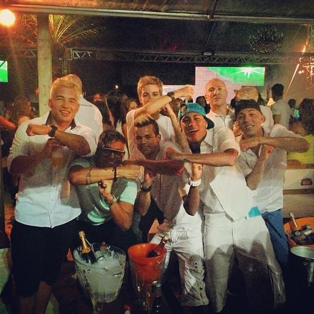 Neymar posta foto com amigos no reveillon (Foto: Reprodução/twitter)