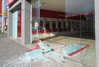 Tiros atingiram fachada de vidro de agência bancária (Foto: Paul Robert Oliver / VC no G1)