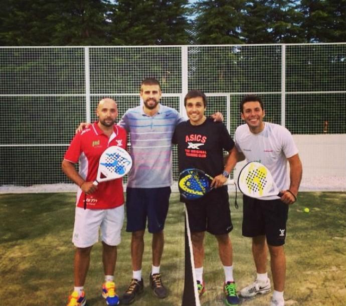 Piqué joga padel com os amigos durante as férias (Foto: Reprodução/Instagram)