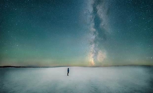 Aparecendo como uma coluna de fumaça subindo do horizonte, uma faixa escura de poeira marca o plano da Via Láctea nesta imagem que ficou em segundo lugar na categoria Pessoas e Espaço, feita por Ben Canales (Foto: Ben Canales)