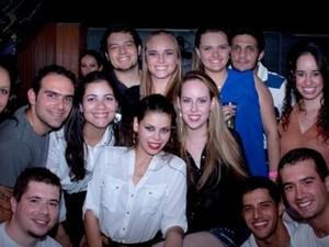 Ingrid (de preto no centro) ao lado dos amigos em um aniversário (Foto: Arquivo Pessoal)