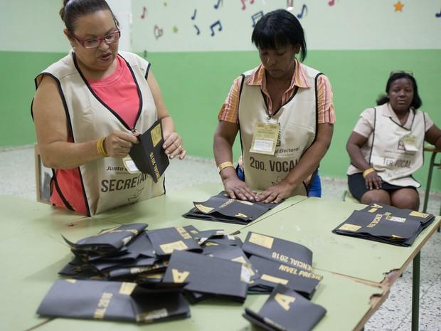 Mesárias iniciam contagem de votos após o fim da votação nas eleições presidenciais da República Dominicana, no domingo (15) (Foto: Fran Afonso/AFP)