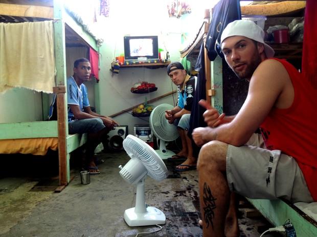 Nos quartos, detentos do pavilhão E1 guardam pertences e tentam manter local limpo no Presídio Central (Foto: Luiza Carneiro/G1)