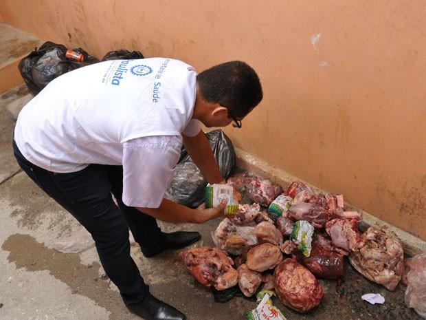 Fiscalização apreendeu e inutilizou 70kg de carne encontrados em motel (Foto: Francisco Marques/Prefeitura do Paulista)