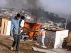 Famílias são retiradas de terreno em Embu das Artes, SP