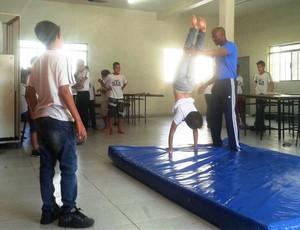 Gabriel Divino observa o professor Reginaldo dos Santos ensinando técnica de equilíbrio (Foto: Movimento Ligeiro/Divulgação)
