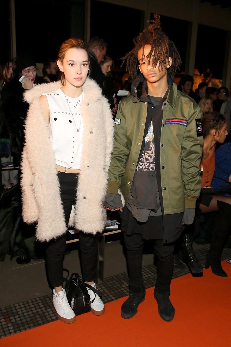 Jaden Smith com a namorada Sarah Snyder na fila A da Opening Ceremony, durante a semana de moda de Nova York (Foto: Getty Images)