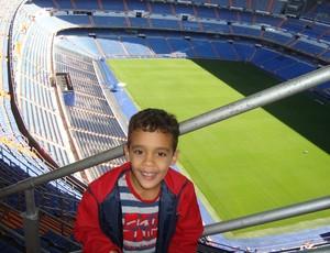 Gabriel Victor visitou Estádio Santiago Bernabéu, em Madri, em 2010 (Foto: Divulgação)